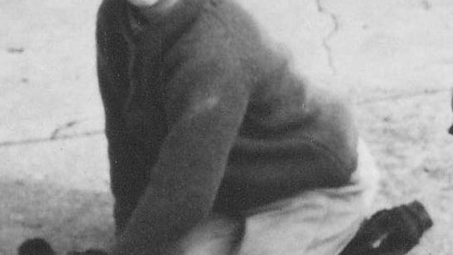 Julie Pearson fue enviada desde el Reino Unido a Australia y forzada a vivir en la institución para niños Orana de Burwood, Melburne. En esta foto aparece, con 5 años de edad, limpiando sus zapatos al volver del colegio.