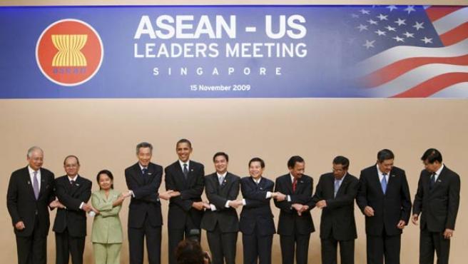 Los líderes de la APEC posan junto a Obama.