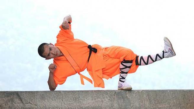 Un monje Shaolin protagoniza un número de su espectáculo.