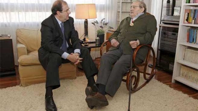 Miguel Delibes (dcha.) con Juan Vicente Herrera.