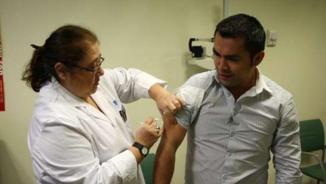 Julio Ciprián, médico de familia, fue el primer doctor de su centro de salud en vacunarse.