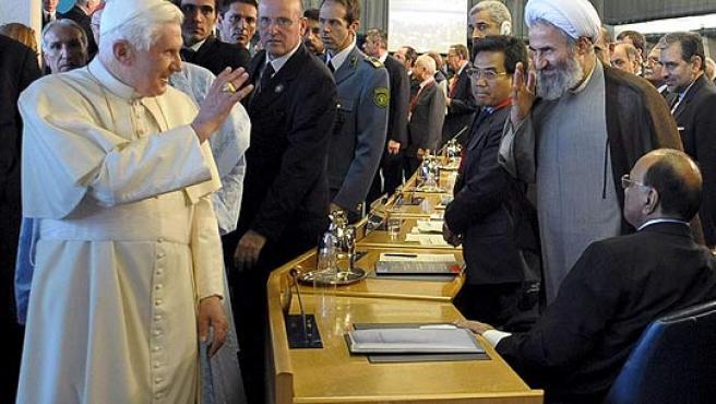 El Papa Benedicto XVI saluda a uno de los delegados de la cumbre de la FAO en Roma.