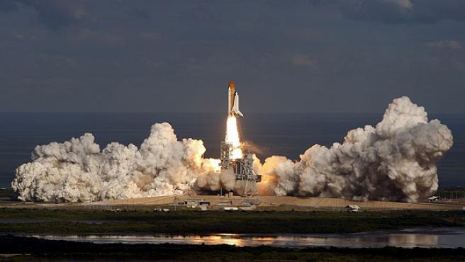 El 'Atlantis' despega del centro espacial Kennedy en Cabo Cañaveral, Florida, EE UU.