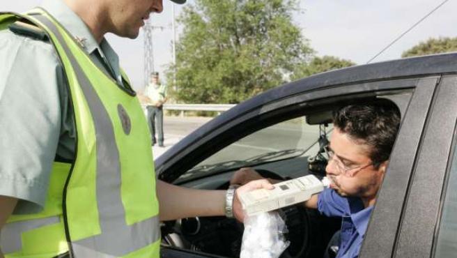 La Guardia Civil realiza un control de alcoholemia en carretera.
