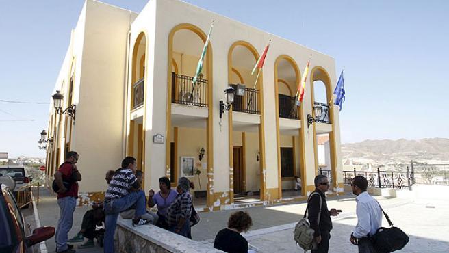 Exterior del ayuntamiento de Arboleas, registrado por agentes de la Policía Autonómica.