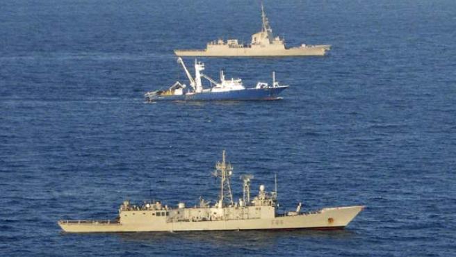 El 'Alakrana', escoltado ya libre por dos fragatas del Ejército español.