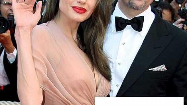 Angelina Jolie, Brad Pitt y dos de sus creaciones.