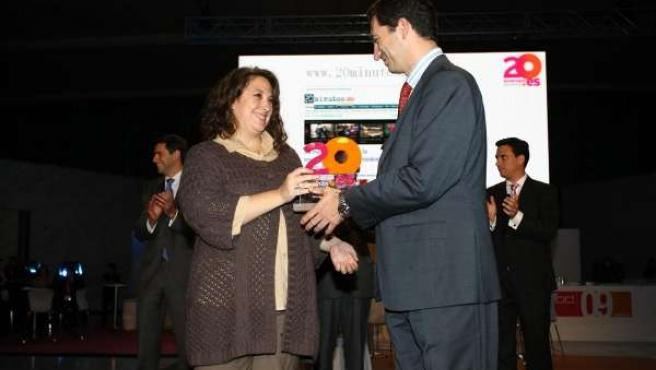 La directora adjunta de 20minutos.es, Virginia Pérez Alonso, recibe el premio otorgado por Red.es.