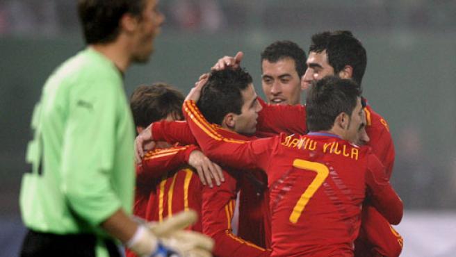 David Villa celebra uno de sus dos goles ante Austria con sus compañeros en la selección.