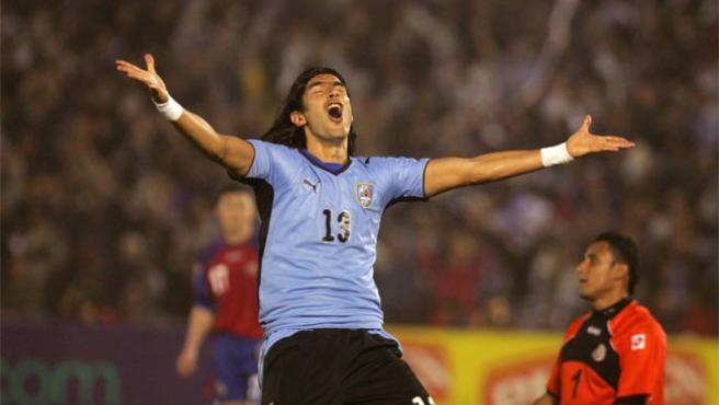 Sebastián Abreu, de Uruguay, celebra el gol ante Costa Rica, en el Estadio Centenario de Montevideo.