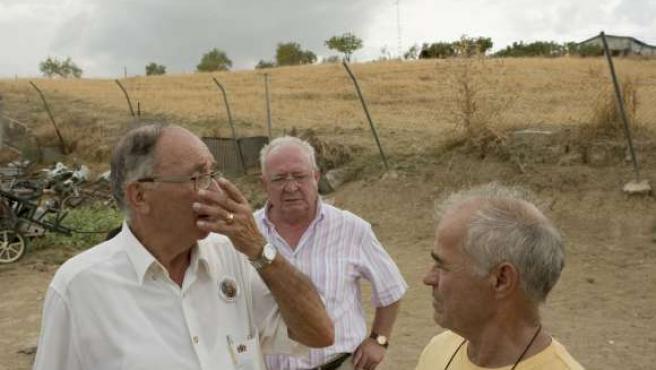 El abuelo de Marta, José Antonio Casanueva, acompañado por Juan Antonio Pérez, propietario de los terrenos donde se sitúa la zanja.