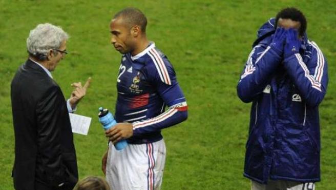 Thierry Henry se saluda con Raymond Domenech.