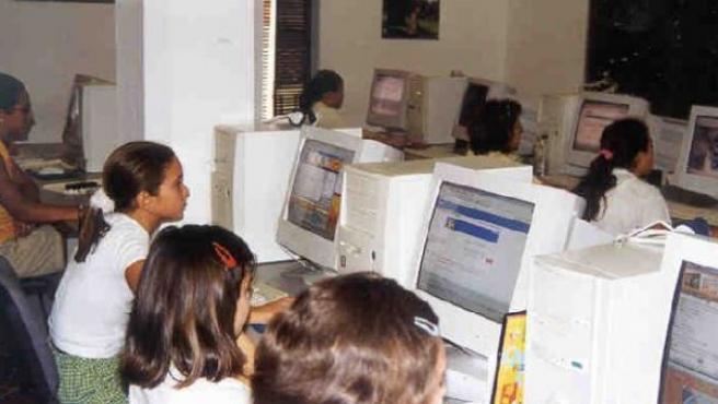 Un grupo de niñas navegando en Internet.
