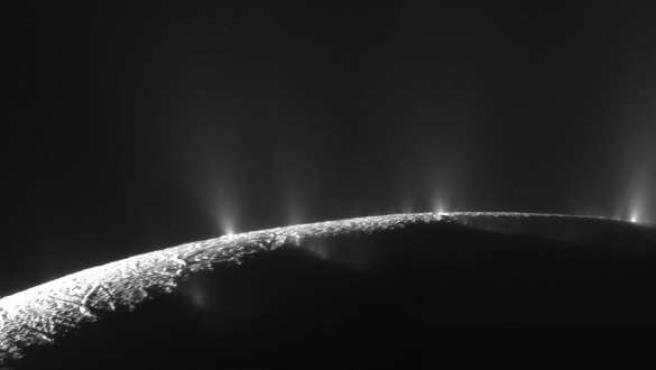 Chooros de hielo en erupción, en la luna de Saturno Encélado.