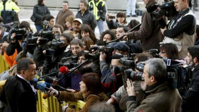 Marcos García Montes, abogado de Santiago Mainar, atiende a la prensa a las puertas de la Audiencia de Huesca.