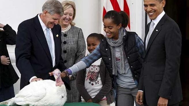 Barack Obama, con sus hijas, con el pavo 'Courage' en la Casa Blanca.