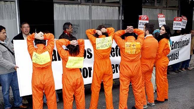 Un grupo en defensa de los derechos de los inmigrantes protesta por la nueva Ley de Extranjería.