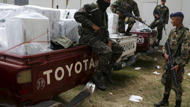 Soldados hondureños vigilan una camioneta con material electoral para los comicios de este domingo.