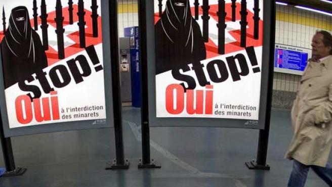 Carteles del sí al referendo sobre los minaretes en Suiza.