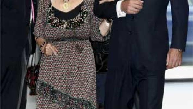 Cayetano Martínez de Irujo pasea con su madre en una foto de archivo.