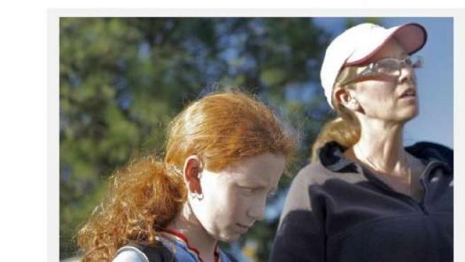 Fotografía de Los Angeles Times que muestra a una de las niñas agredidas, Samara, de 12 años, y a su madre, Monique Kleinfinger.