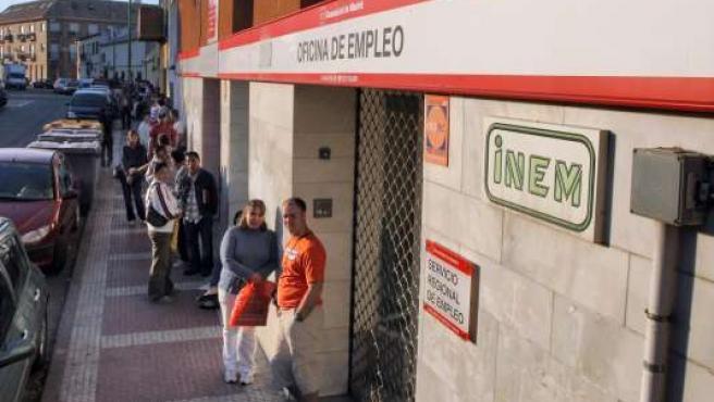 Imagen de archivo de una oficina de empleo en Parla, Madrid.