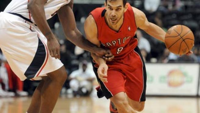 El jugador de los Raptors de Toronto Jose Calderon (d)