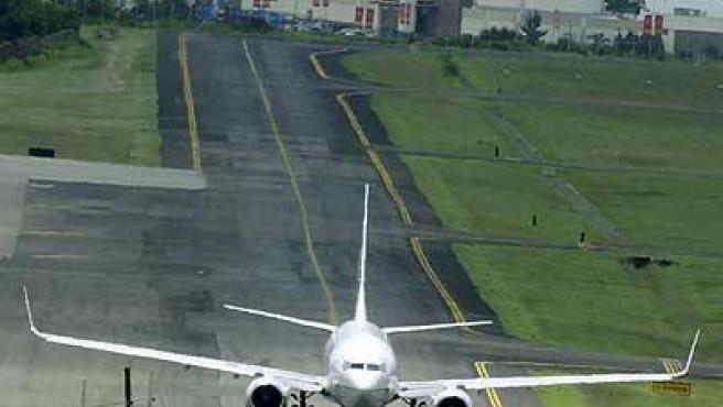 Un avión, haciendo el rodaje para el despegue.