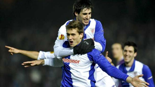 Fernando Llorente (c) del Athletic de Bilbao celebra su tanto ante el FK Austria Viena.
