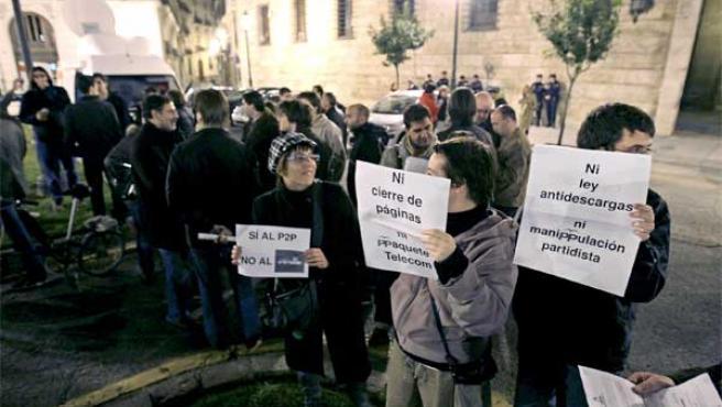 Un grupo de jóvenes se manifiesta en Valencia contra la reforma de Internet.