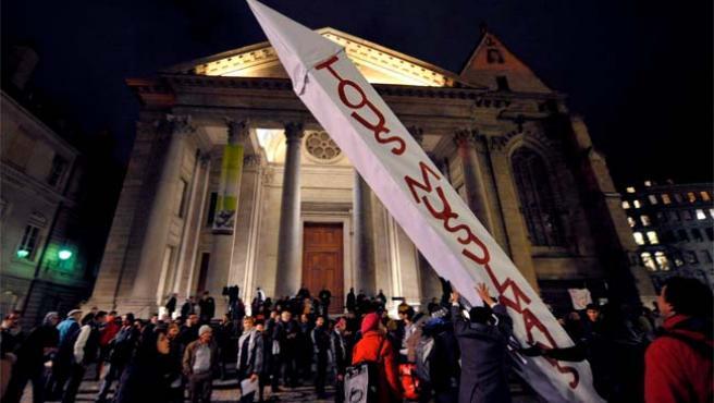 """Protesta en Ginebra contra la victoria del 'sí' a la prohibición de minaretes en Suiza. En la pancarta, con forma de minarete, puede leerse: """"Todos musulmanes""""."""