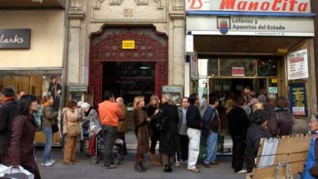 Largas colas en 'Doña Manolita' para comprar Lotería de Navidad.