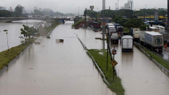 Vista de la avenida que bordea los márgenes del río Tieté, tras el desbordamiento de sus aguas en la ciudad de Sao Paulo (Brasil).
