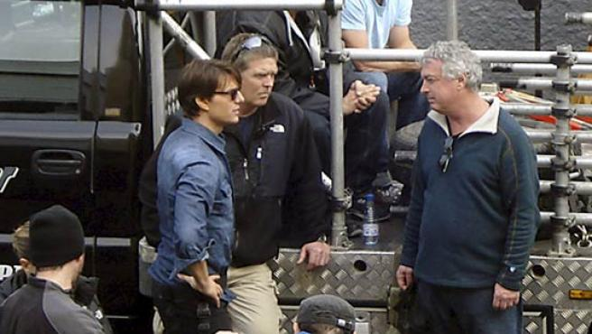 """El actor estadounidense Tom Cruise (i), durante la interrupción del rodaje de la película """"Knight and Day""""."""