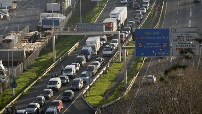 Retenciones en la A-8 debido a un accidente que ha provocado los cierres de los túneles de Malmasín dirección Bilbao.