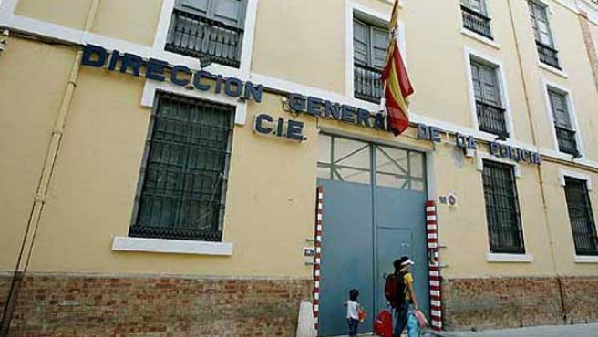 Fachada de un CIE (Málaga).