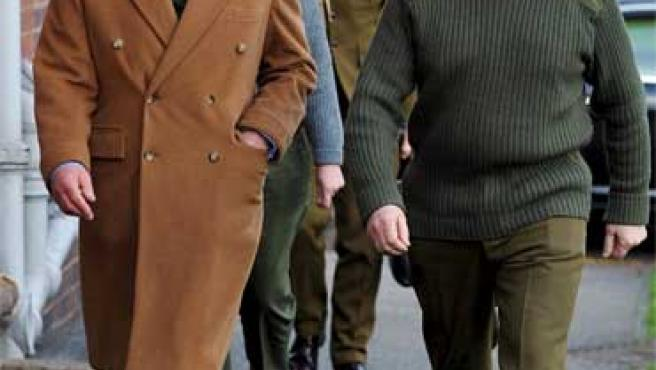 El príncipe Carlos visita a unos soldados heridos en Birmingham.