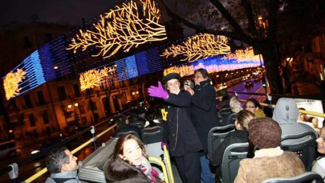 Imagen de archivo de una animadora del Bus de la Navidad durante su actuación.