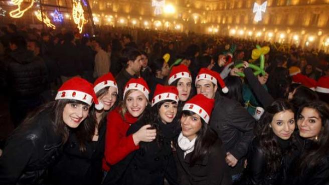 Miles de estudiantes se congregaron en la Plaza Mayor de Salamanca para celebrar la Nochevieja universitaria.