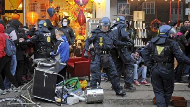 Antidisturbios cargan contra los manifestantes en la marcha del sábado en Copenhague.