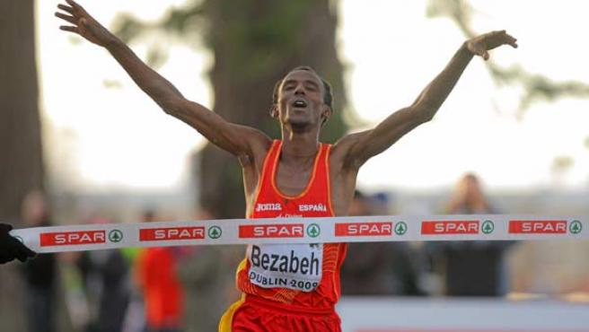 El español Alemayehu Bezabeh celebra su victoria en el Europa de cross.