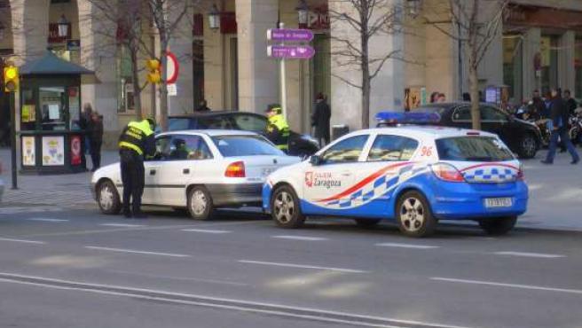 Unos policías multando.
