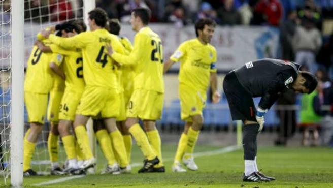 Los jugadores del Villarreal celebran el gol marcado ante el Atlético de Madrid con Sergio Asenjo desolado.