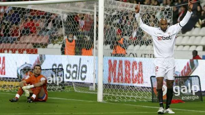 El delantero del Sevilla, Frederic Kanouté celebra un gol