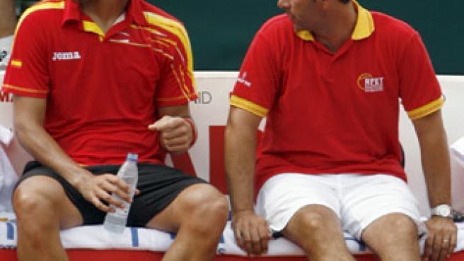 El tenista español, Feliciano López (i), conversa con su capitán, Albert Costa (d), durante el quinto partido de la semifinal de la Copa Davis.