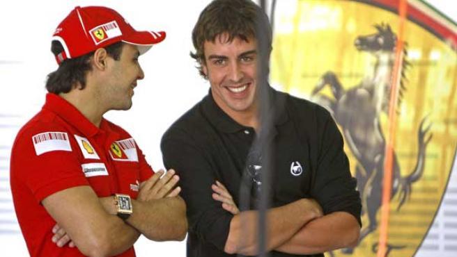 Felipe Massa y Fernando Alonso conversando en el circuito de Cheste.