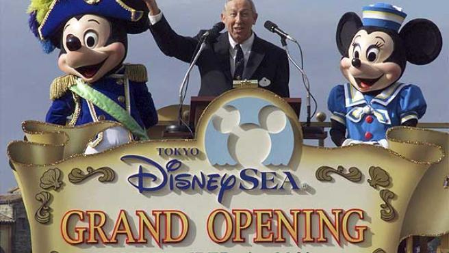 Roy Disney, el 4 de septiembre de 2001, en la inauguración de DisneySea de Urayasu, Japón.