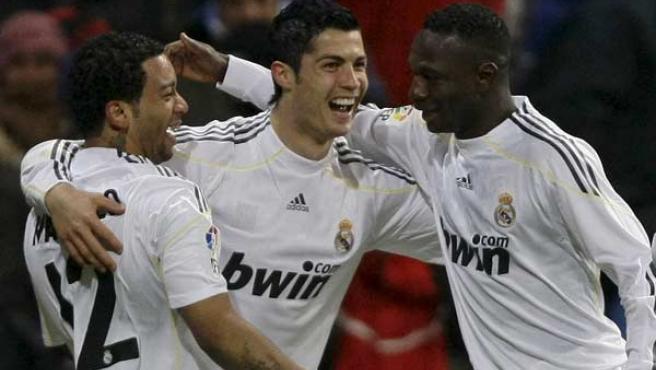 Cristiano Ronaldo, Mahamadou Diarra y Marcelo, del Real Madrid, celebran el gol del portugués ante el Zaragoza.