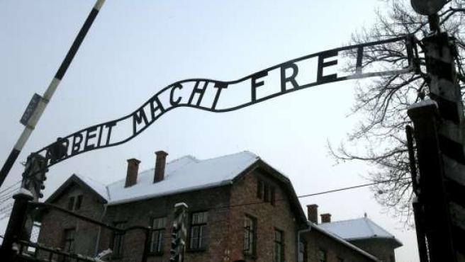 Réplica de la placa colocada sobre la puerta de entrada al campo de concentración nazi de Auschwitz (Polonia).