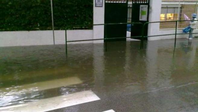 El agua se acumula en la puerta de acceso al colegio jerezano